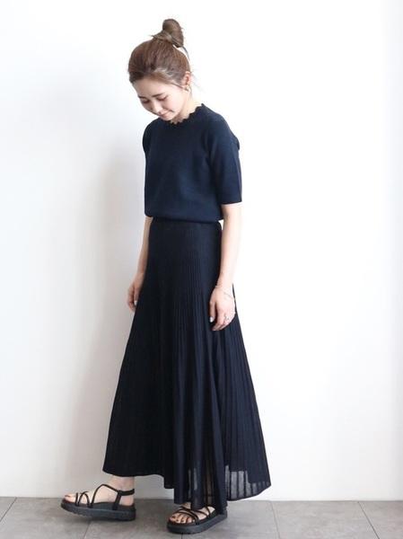 紺ニット×紺プリーツスカートの夏コーデ