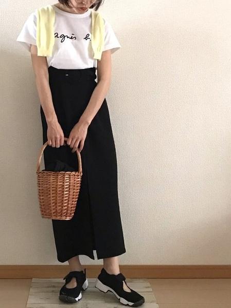 ロゴTシャツ×黒タイトスカートの夏コーデ
