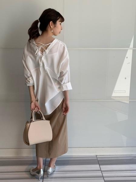 白ブラウス×タイトスカートの夏コーデ