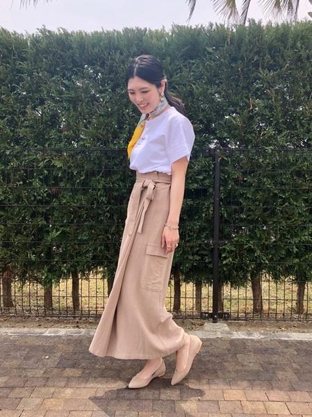白Tシャツ×ベージュタイトスカートの夏コーデ