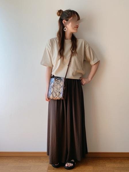 ベージュT×茶色フレアスカートの夏コーデ