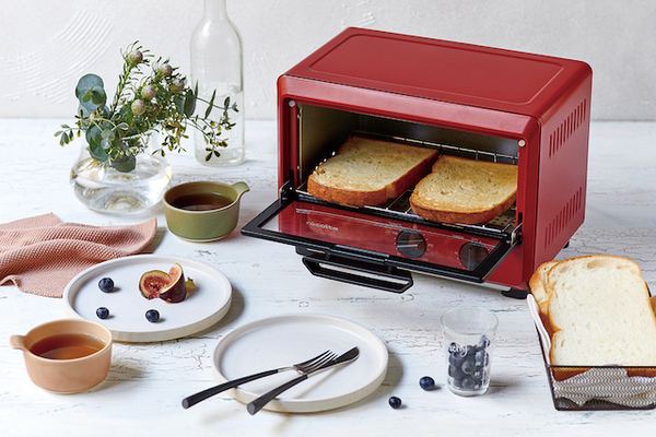 トーストを焼いているコンパクトオーブン