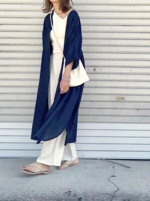一枚でも着られるし、羽織りにもなるロングシャツワンピが便利 出典:WEAR