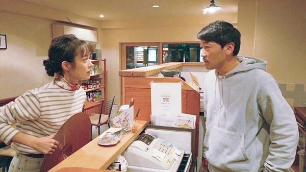 映画『ドロステのはてで僕ら』劇中シーンより。(左から)朝倉あき、土佐和成。