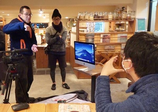 撮影中に打ち合わせをする上田誠(一番左)と山口淳太監督(一番右)。