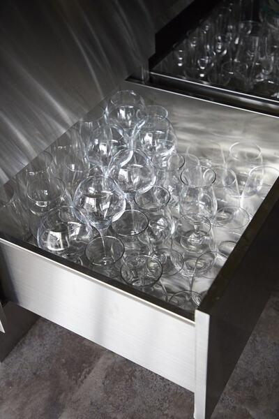 キッチン下のワイングラス収納