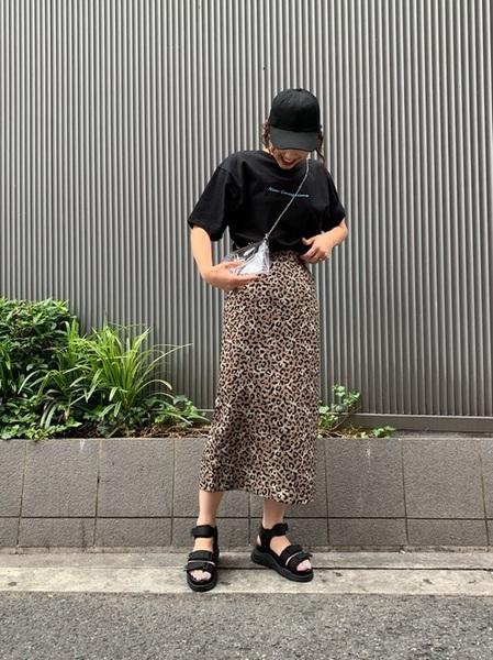 ロゴTシャツ×レオパードロングスカート