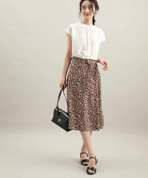 白ブラウス×レオパード柄ナロースカート