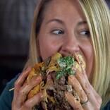 米ダイエット番組、トレーナーが慣れない爆食いで追い詰められる
