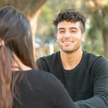 男子が「好きな女子の前で」緊張しているときにやりがちな言動