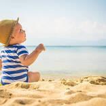 【医師監修】赤ちゃんと海に行きたい! 海水浴はいつからOK?