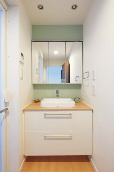 爽やかな色調の洗面所