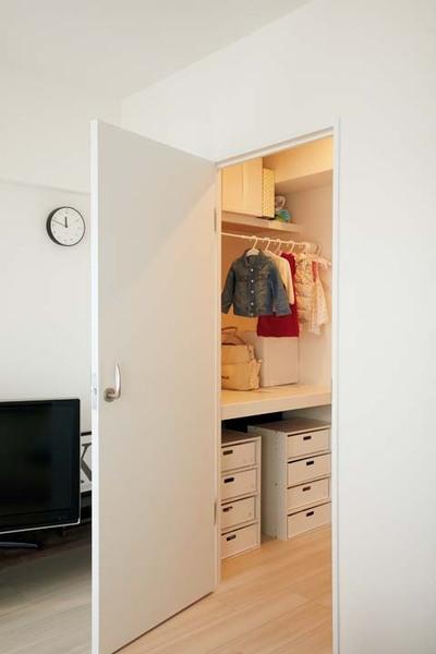 子どものクローゼット兼次女のおむつ替えスペースとなっているリビング収納