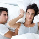 「いびき」を自分で治す方法。寝方は仰向け・横向き、どちらがいい?/医師監修