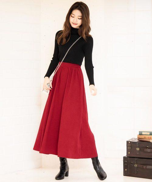 ブラックタートルネック×レッドスカート