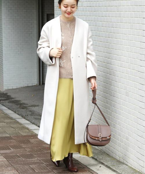 ホワイト系コート×イエロースカート