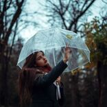 梅雨シーズンを有効活用!好きな人の前でアンニュイな雰囲気を演出する方法
