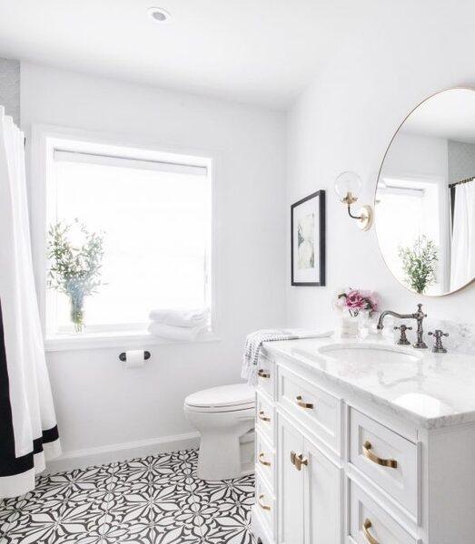 真っ白で明るいトイレ