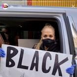 ジェニファー・ロペス、子供達の作った手書きサイン掲げてロスの抗議デモへ