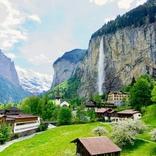 【いつか見たい世界の初夏絶景】岩肌を流れ落ちるダイナミックな滝「スイス・ラウターブルンネン」