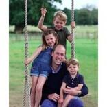 ウィリアム王子が38歳に、キャサリン妃撮影の親子写真が「幸せそのもの!」「シャーロット王女の貫禄がすごい!」