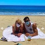 """ブリトニー・スピアーズ、恋人とマスク着用でビーチデート 2ショットに「リアル""""バービー&ケン""""」称賛の声も"""
