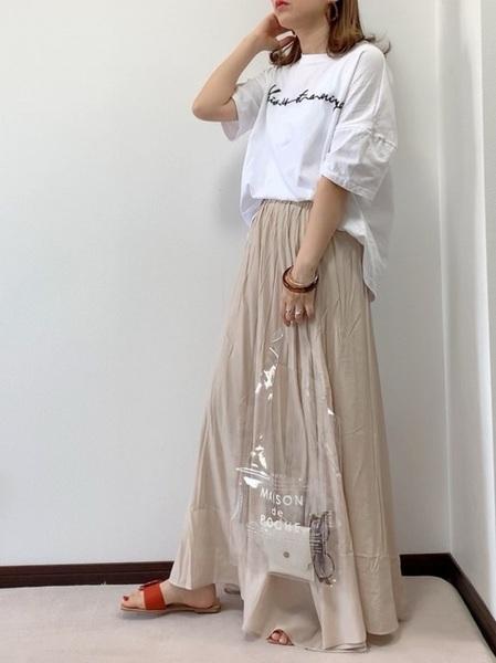 ロゴTシャツ×recaベージュスカートの夏コーデ