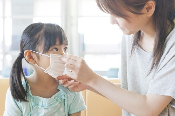 新型コロナウイルス感染症対策のため子どももマスク着用が促されていますが、夏の登下校や運動時のマスクは熱中症リスクを伴います。大人よりも体温が高く喉の渇きも自覚しにくい子どもは特に注意が必要です。