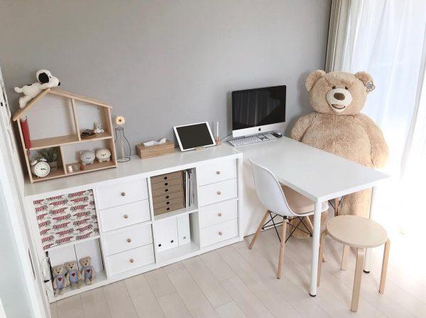 シンプル家具とキュートなぬいぐるみが絶妙マッチ
