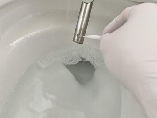 歯間ブラシでノズルの小さな穴を掃除