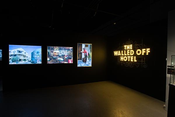 『バンクシー展 天才か反逆者か』《THE WALLED OFF HOTEL》展示風景