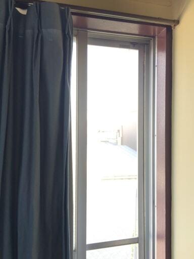 窓に合わせて必要な幅だけカーテンを開けて換気