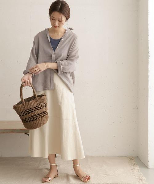 白スカート×グレーのリネンシャツトップス