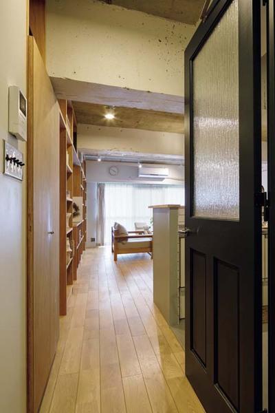 廊下からLDKに続くドア