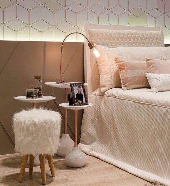 ツートーンのタイル壁がお洒落な寝室