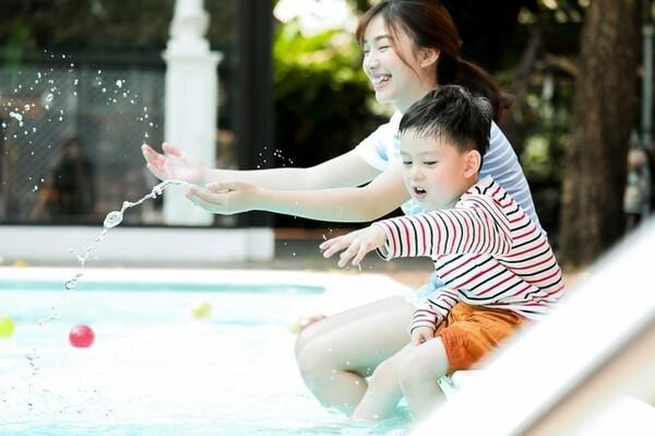 プールは新型コロナウイルスに感染しやすい場所でしょうか? どんなことに注意すべきなのでしょうか? より安全にプールを楽しむためのポイントを解説します。