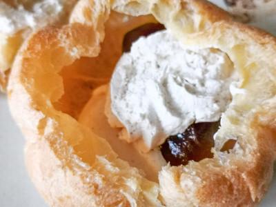 黒蜜が入ったわらび餅ときなこ、ホイップクリームがたっぷりはいっている