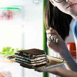 寝る前にお菓子をモグモグ…罪悪感を感じながらもついやってしまうこと