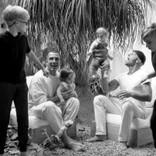 """リッキー・マーティンがレアな家族写真を公開 """"4児のパパ""""として「てんてこまい」とも"""