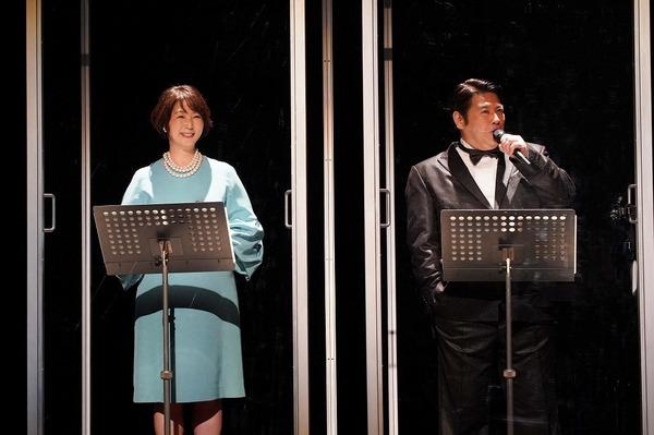 MCを務める中井美穂と皆川猿時(左から) 撮影:宮川舞子