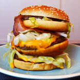 """マクドナルド""""世界のビーフバーガー""""3種を全部重ねると激ウマ! 日英加の同盟バーガーで世界に平和が訪れた"""