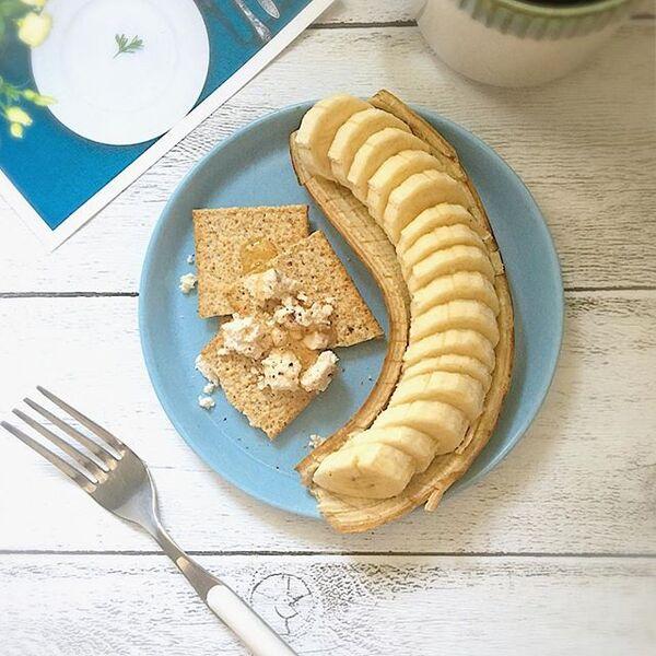 バナナと全粒粉クラッカーのハニーブルサン