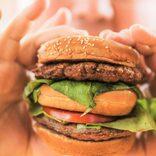 大食い配信者が脳出血でこん睡状態に 半年で40キロ増