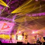 E-girls 11人が笑顔でパフォーマンス、生配信ライブでファンに感謝「早く恩返しをしたい」