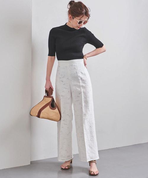 白レースパンツ×黒Tシャツコーデ