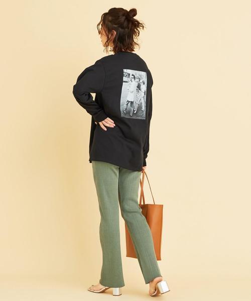 グリーンパンツ×黒Tシャツコーデ