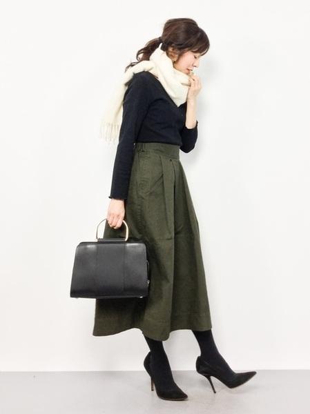 カーキスカート×黒Tシャツコーデ