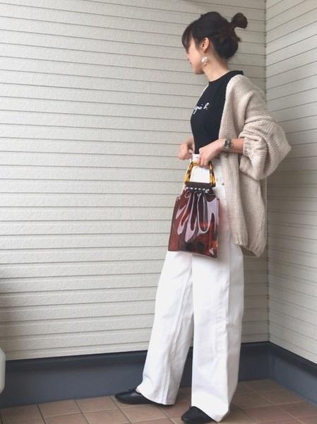 ニットカーデ×黒Tシャツコーデ