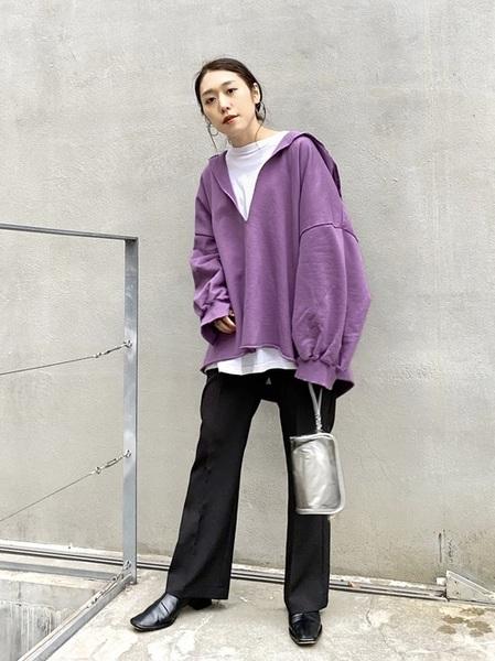紫パーカートップス×黒パンツコーデ