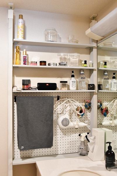 洗面室は壁を収納スペースに